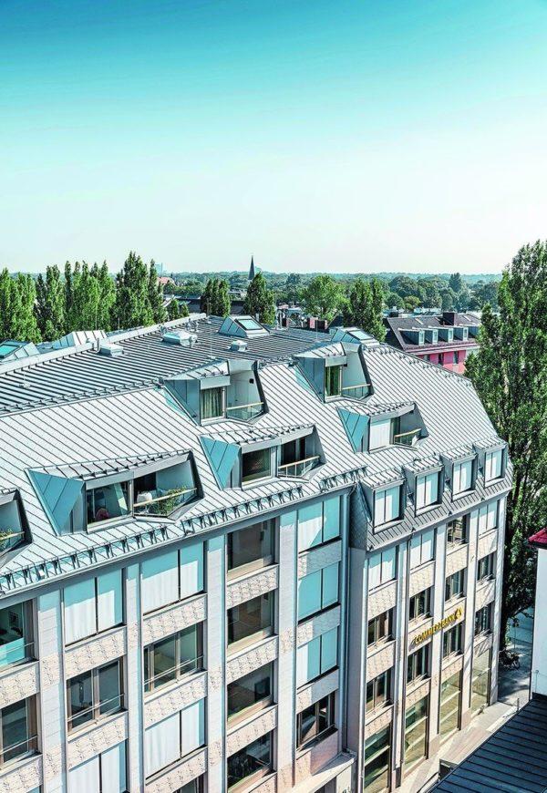 Metalldach: Das Walmdach des Schwabinger Bürgerhauses wurde neu definiert und mit Aluminium-Dachrauten sowie Doppelstehfalzdeckung aus Aluminium realisiert. Bilder: Prefa/Croce