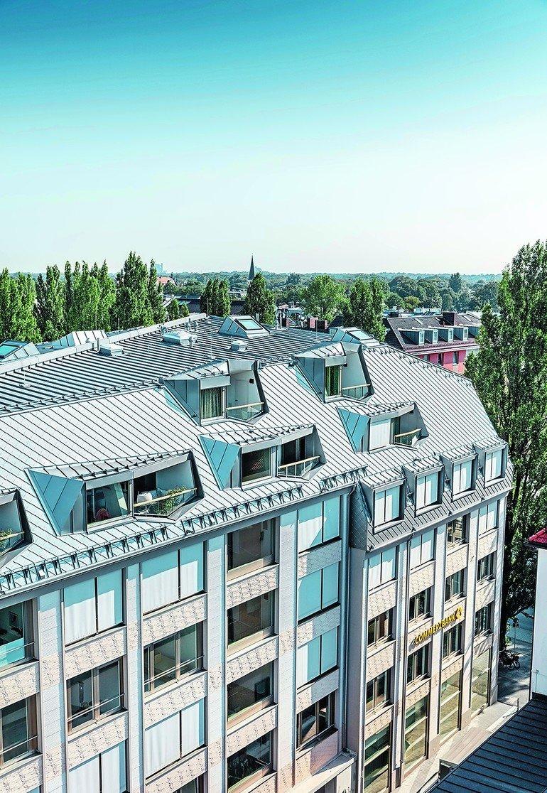 Metalldach: Das Walmdach des Schwabinger Bürgerhauses wurde neu definiert und mit Aluminium-Dachrauten sowie Doppelstehfalzdeckung aus Aluminium realisiert.