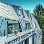 Aluminium-Dachrauten im Mansardenbereich und Falzonal Doppelstehfalzdeckung an den flachgeneigten Flächen ergeben ein funktionelles und optisch stimmiges Dachbild. Bild: Prefa/Croce