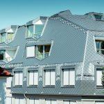 Das neu interpretierte Walmdach mit verschiedenen Höhenniveaus bietet Raum für expressive Loggia- und Fensterausschnitte. Bild: Prefa/Croce