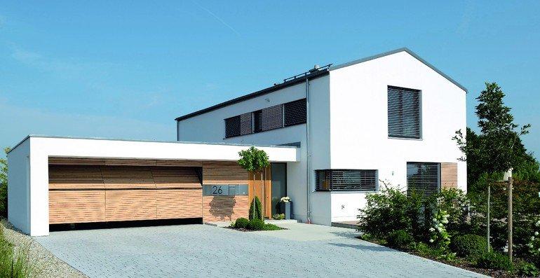 Im Stil des Hauses: Die Garage erhielt ein platzsparendes nicht-ausschwenkendes Kipptor. Bilder: Käuferle GmbH & Co. KG