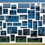 Gebäude mit hohem Identifikationsfaktor: Glasfassade mit weißer Stahlummantelung. Bild: Dirk Wilhelmy, Stuttgart