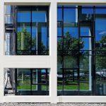 Glas mit mittlerer Außenreflexion und blauer Ansicht gewünscht: Verbaut wurde das Sonnenschutz-Isolierglas Infrastop III Blau 45/25. Bild: Dirk Wilhelmy, Stuttgart