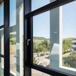 Freier Blick mit minimiertem Glasbruchrisiko bei Temperaturschwankungen: Die Verglasung besteht wegen Schlagschatten durch die Stahlträger aus ESG-Gläsern. Bild: Dirk Wilhelmy, Stuttgart