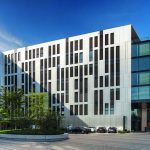 Das westliche Bürogebäude Clara mit dem auskragenden Glaskubus. Bild: sop architekten   Foto: krischerfotografie