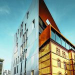 Die aufliegende Cortenstahlbox erweitert das alte Saarhaus um zwei Etagen. Bild: sop architekten - Prefa/Croce & Wir Fotostudio