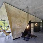 Im EG lädt neben einem kleinen, ausgesucht hochwertig gestalteten Loungebereich die Cafeteria mit Seeblick zum Verweilen ein. Bild: zooey braun Fotografie, Stuttgart
