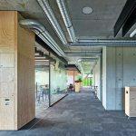 Hell und offen: Die Büroflächen sind ausschließlich durch Möbel sowie großflächige Verglasungen voneinander abgetrennt. Bild: zooey braun Fotografie, Stuttgart