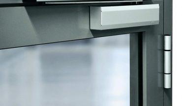 Automatischer Gleitschienen-Türschließer mit schlanker Optik