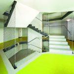 Gestaltendes und sicherndes Edelstahlseilnetz im Treppenhaus. Bild: Gregor Szinyai