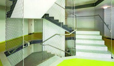 Gestaltendes und sicherndes Edelstahlseilnetz im Treppenhaus. Bild: Carl Stahl ARC GmbH