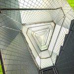 Die vertikale Absturzsicherung legt sich elegant um das trapezförmige Treppenauge und verleiht dem Innenraum Offenheit und Leichtigkeit. Bild: Gregor Szinyai