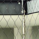 Kaum wahrnehmbar und doch sicher: Für den Durchtrittschutz ist X-Tend an dezenten Metallstangen befestigt, die an den Wangen von Treppen und Ebenen angebracht sind. Bild: Gregor Szinyai