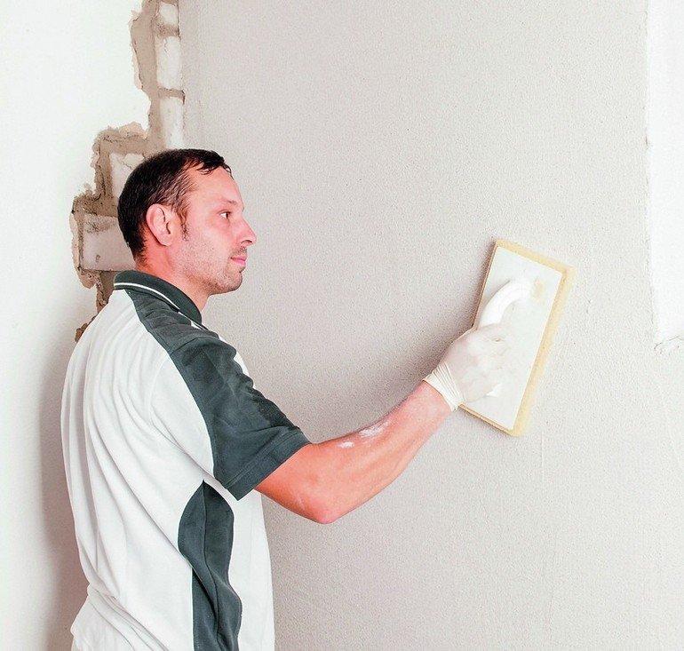 Verputzer bei der Arbeit. Bild: Isotec GmbH