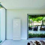 Anschlussfertiges Speicherkomplettsystem in einem Design, das sich auch in einen Wohnraum einfügt. In der Ausführung mit 1,84 m Höhe lassen sich Kapazitäten bis 16 kWh realiseren. Bild: sonnen GmbH