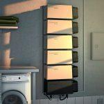 Hausstromspeicher in Modulbauweise mit der Steuerungseinheit unten sowie den Modulen darüber, die sich durch ihre Anzahl genau in der benötigten Speicherkapazität montieren lassen. Bild: Solarwatt