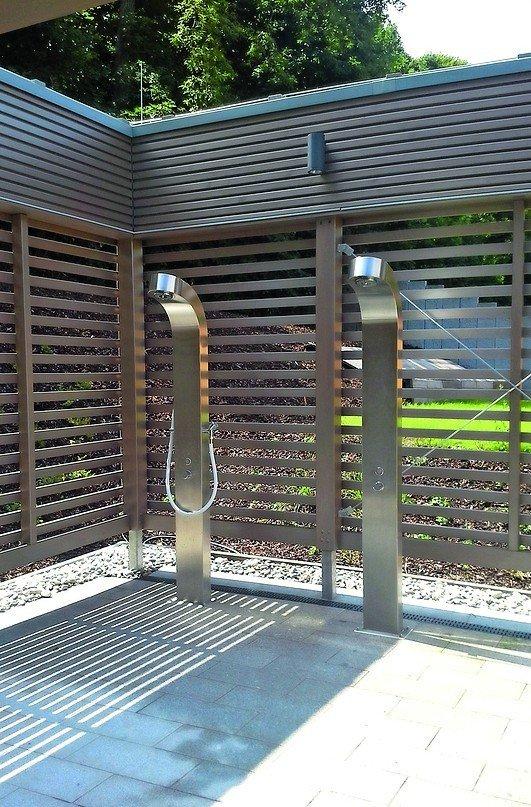 Freiluftduschen mit Sichtschutz aus Lamellen. Bild: Conti Sanitärarmaturen GmbH
