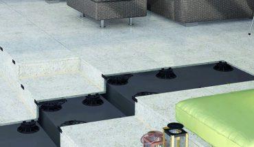 Stufenlos höhenverstellbar: Stelz- und Plattenlager für Terrassenbau. Bild: Proline Systems