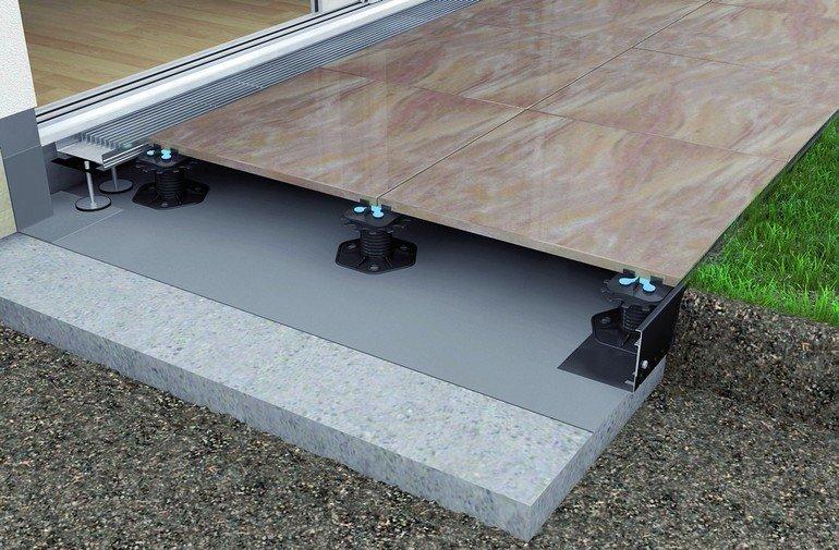 Stufenlos höhenverstellbar: Stelz- und Plattenlager für Terrassenbau. Bild: Gutjahr