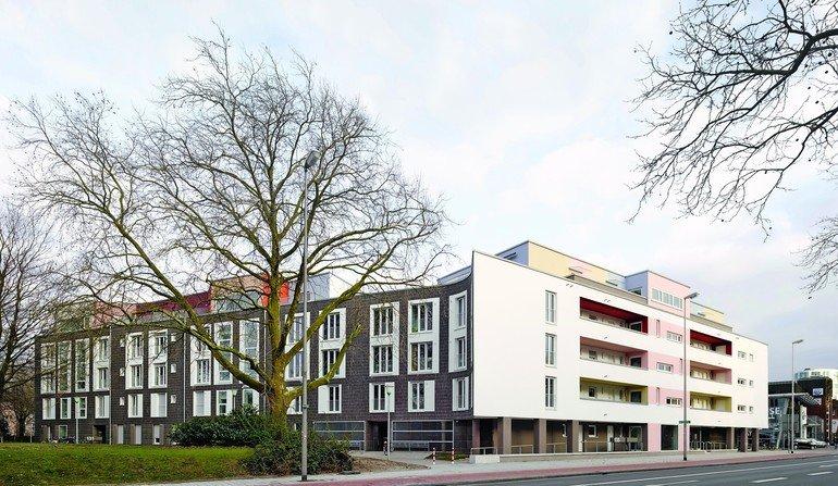 Dunkle Klinkerfassaden kontrastieren mit hellen Putzflächen. Bilder: Roman Mensing