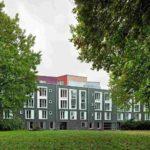 Wohnen am Park: 28 Eigentums- und 25 Mietwohnungen mit unterschiedlich großen Wohnflächen hinter dunkler Klinkerfassade. Bild: Roman Mensing