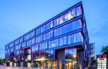 Die Fassaden des Warschauers Bürokomplexes basieren auf einem hochwertigen Pfosten-Riegel-System aus Aluminium mit schmalen Ansichten. Bilder: Aluprof