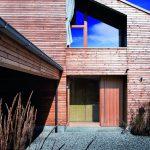 Die Holzfenster sind in der Form der Dachneigung angepasst. Bild: Kneer-Südfenster