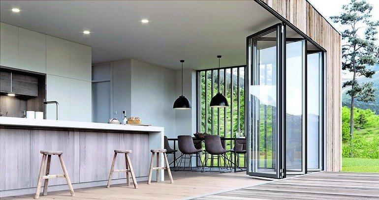 Vielfältig konfigurierbar ist die Glas-Faltwand von Solarlux, weshalb sie jetzt mit kostengünstigen Ausstattungspaketen angeboten wird. Bild: Solarlux GmbH