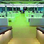 In Büro- und Treppenbereichen liegt der Kautschukbelag, ergänzt von seiner elektrisch ableitfähigen Version für spezielle Laborbereiche. Bilder: nora systems GmbH