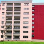 Bei der Sanierung des 60er-Jahre-Wohnblocks konnte der Fensteraustausch durch ein ausgeklügeltes System der Vorwandmontage umgesetzt werden. Bilder: tremco illbruck