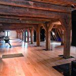 Das historische Gebälk wurde freigelegt und in den neuen Büro- und Seminarräumen als ursprüngliche Holzkonstruktion erlebbar gemacht. Bild: Konbau GmbH