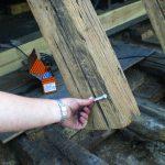 Altersbedingte Rissbildung beim Holz der Sparren: Um die Ausdehnung der Risse zu vermeiden, wurden rechtwinklig zur Sparrenachse Vollgewindeschrauben eingeschraubt. Bild: Eifert Holzbau GmbH