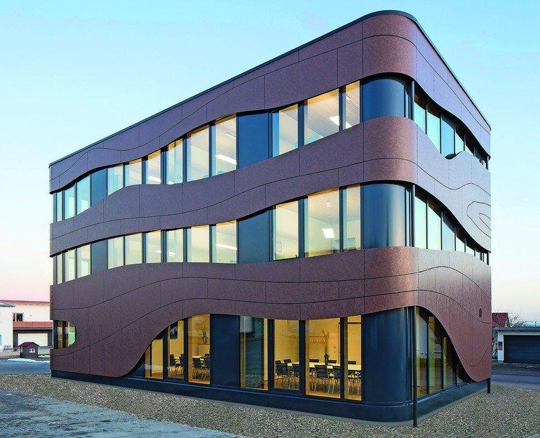 Ein Verwaltungsgebäude im schwäbischen Öpfingen besteht aus einer dreigeschossigen Holzkonstruktion und macht mit attraktiver Fassade auf sich aufmerksam. Bild: Achim Buhl
