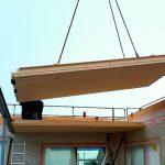 Vorgefertigtes Holzdeckenelement beschleunigt den Bauablauf. Bild: Horst Pütz