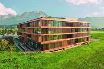 Das Verwaltungsgebäude in Holzrahmenbau besteht aus aus vorgefertigten Holzbaumodulen, deren Hauptelemente für die Module OSB 4 Top-Platten sind. Bilder: Egger