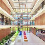 Das Atrium spiegelt die Offenheit der Räume im Gebäude wieder. Bild: Egger