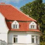 Das große Dach präsentiert sich mit vielen denkmalgerechten Details.