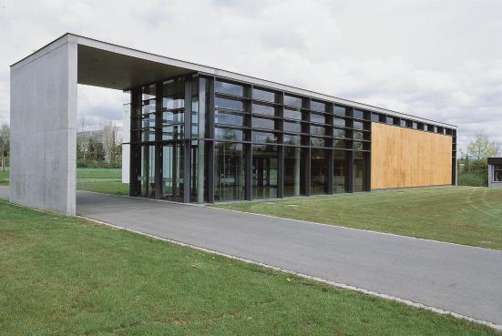 Klar und freundlich zeigt sich die Mehrzweckhalle in Sichtbeton, Glas und Holz.