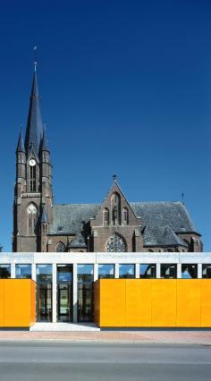 Der Kirche aus dem 19. Jahrhundert wurde ein Pfarrheim in reduzierter Formensprache angegliedert.