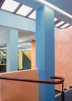 In der Stadtbibliothek stehen Blau- und Türkistöne im Kontrast zu Mandarin und Gelb.