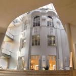 Die historische Schauhalle ist mit der modernen Architektur des neuen Besucherzentrums kombiniert. Bild: Staatliche Porzellan-Manufaktur Meissen/Klaus Tänzer