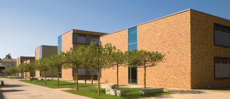 Peter-Bruckmann-Schule mit Zugangssituation von der Campus-Allee.