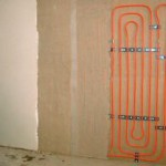 Gegen Schimmelpilzbefall können statt Innendämmungen auch Wandheizungen eingebaut werden, die jedoch nicht den Wärmeschutz der Außenwand verbessern. Bild: WEMWandheizung