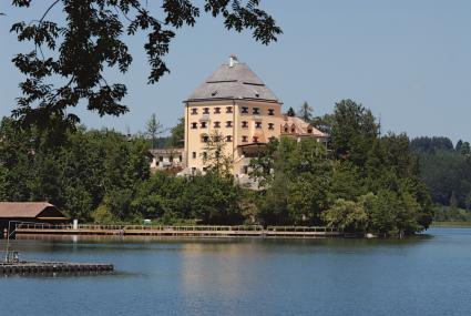 Seeansicht aufs Schloss: Das über 550 Jahre alte Gebäude bietet Hotelkomfort der Luxusklasse.