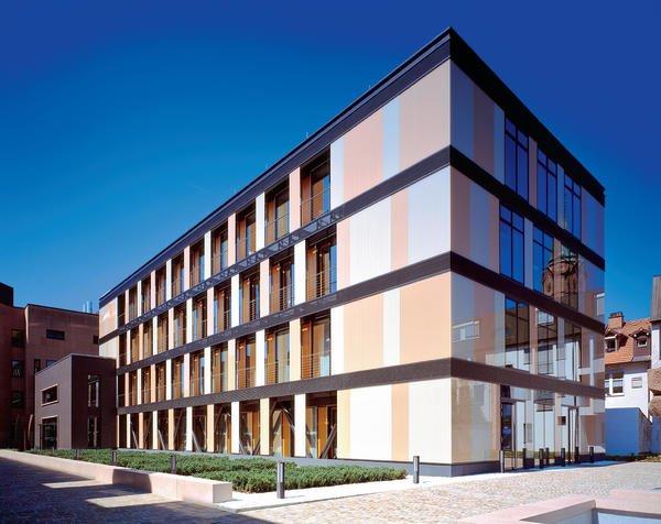 Nordostansicht des neuen Glashauses: Transparent und farblich gestaltet hebt es sich von der Umgebung ab und integriert sich gleichzeitig.