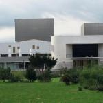 Mit dem offenen Entree aus weißem Sichtbeton nimmt das Staatstheater in Darmstadt Bezug zur Stadt auf. Bild: ©Roland Halbe/ artur