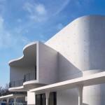 Der Vorbau dockt wie eine monolithische, weiße Skulptur aus Beton an das Bestandsgebäude an. Bild: ©Roland Halbe/ artur