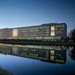 Rijkswaterstaat, direkt am städtischen Wasserweg gelegen, bildet mit der transparenten Gebäudehülle ein städtebauliches Zeichen.