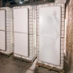 Rückseiten der vier Toiletten, die sämtlich aus alten Flüssigtanks gefertigt wurden. Bilder: Kaarda van Rooyen