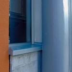 Materialmix aus Kunststoff, Aluminium, Glas, Beton und Putz.